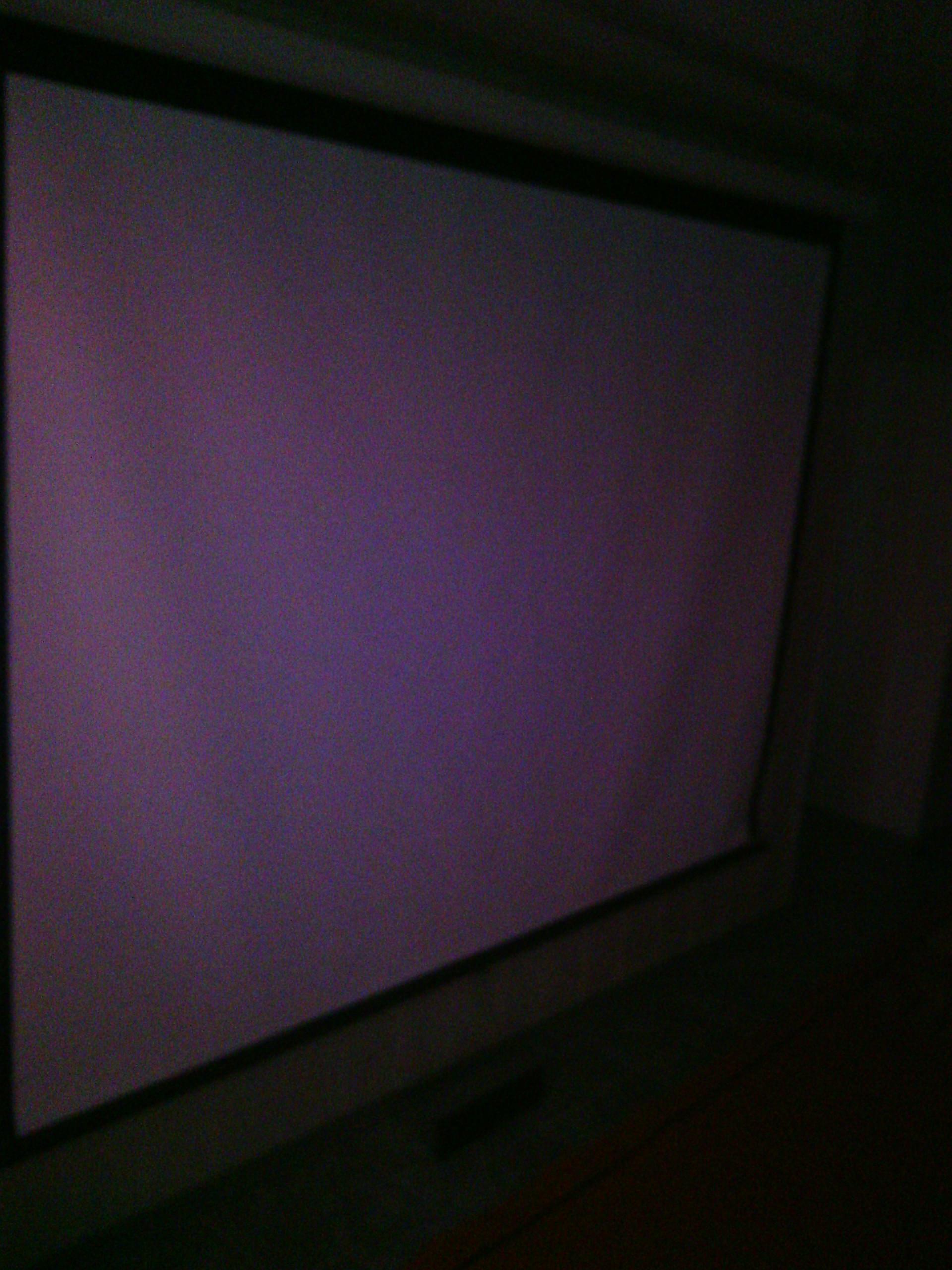 Кінотеатр чорного кольору, який складається з екрану, п'яти колонок та сабвуферу