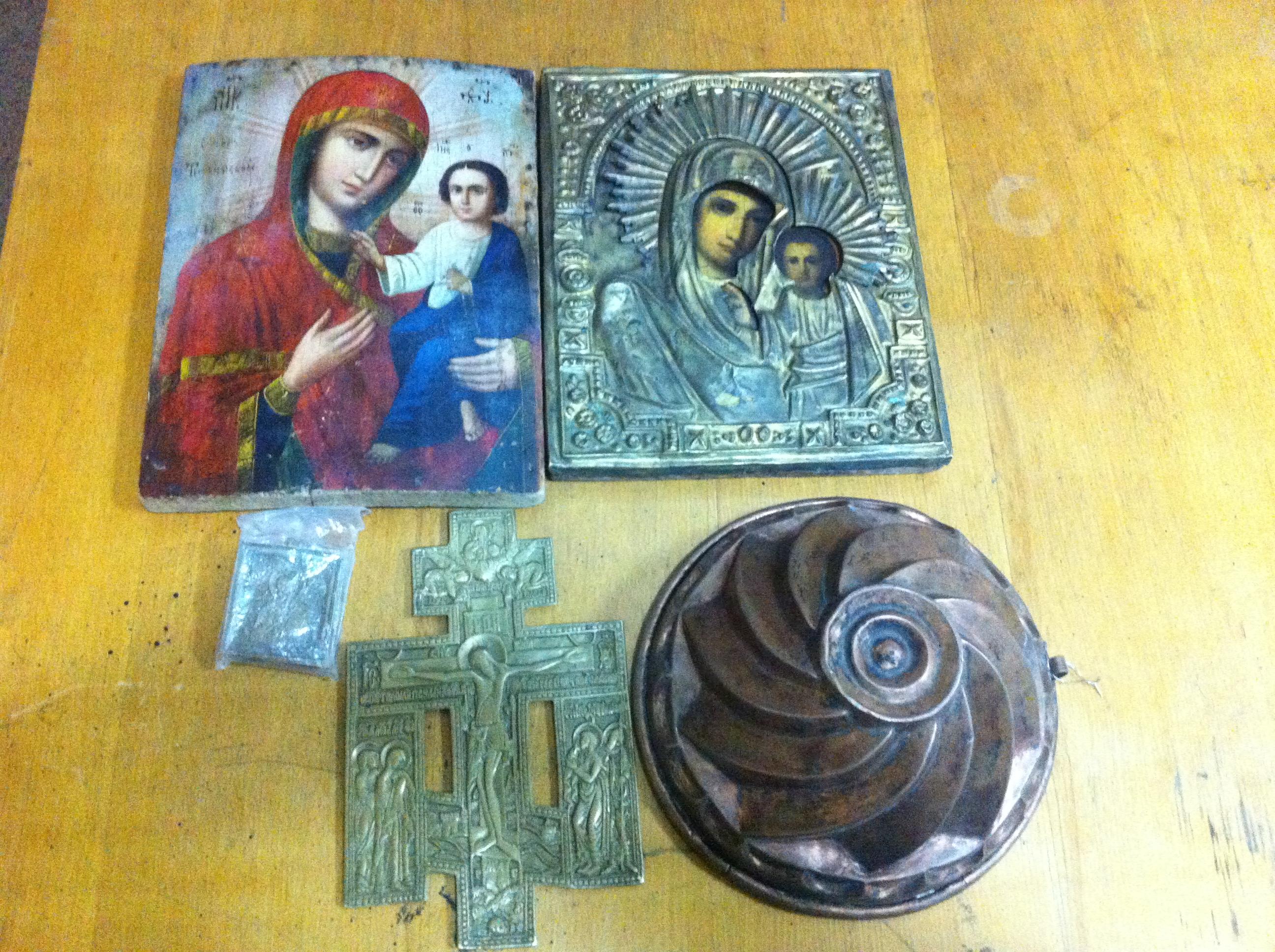 Старовинні ікони, посуд та хрести