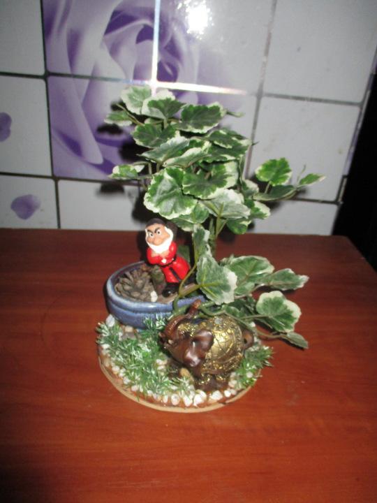 Статуетка гном і слон під деревом