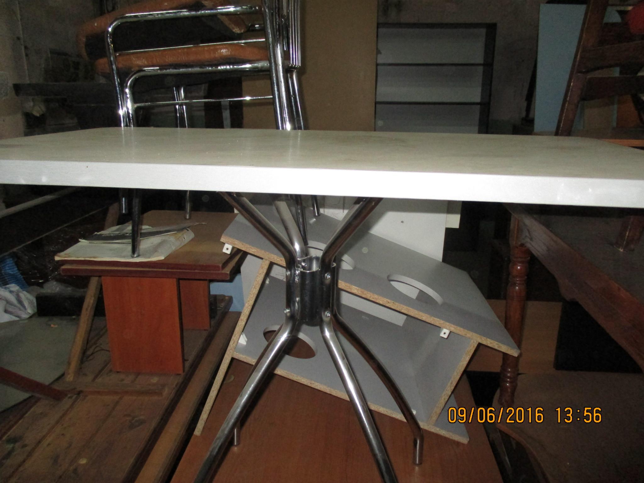 Стіл кухонний бежевого кольору з металевими ніжками