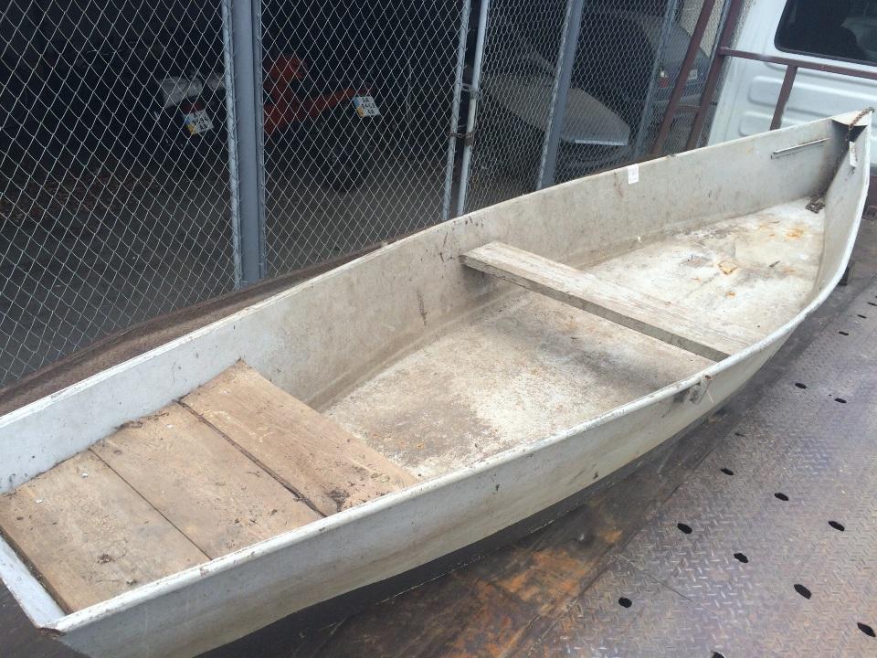 Човен металевий , сірого кольору з чорною смужкою ( саморобний)