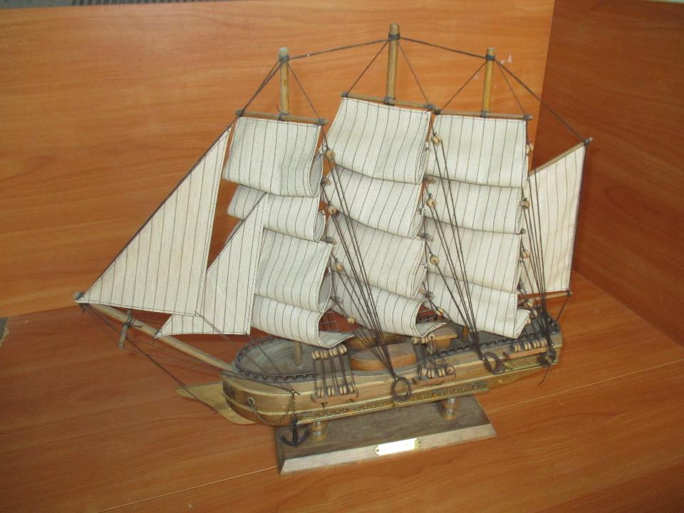 Сувенірний дерев'яний корабель, знаходиться за адресою: м.Чернівці, вул. Коростишевського, 8