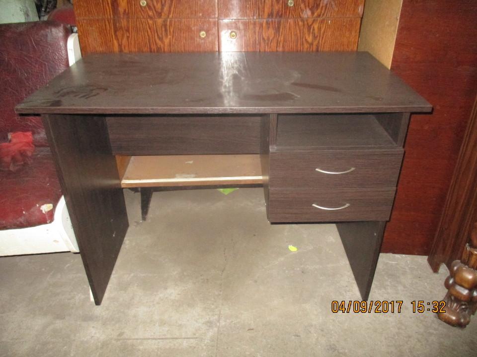 Стіл офісний, коричневого кольору
