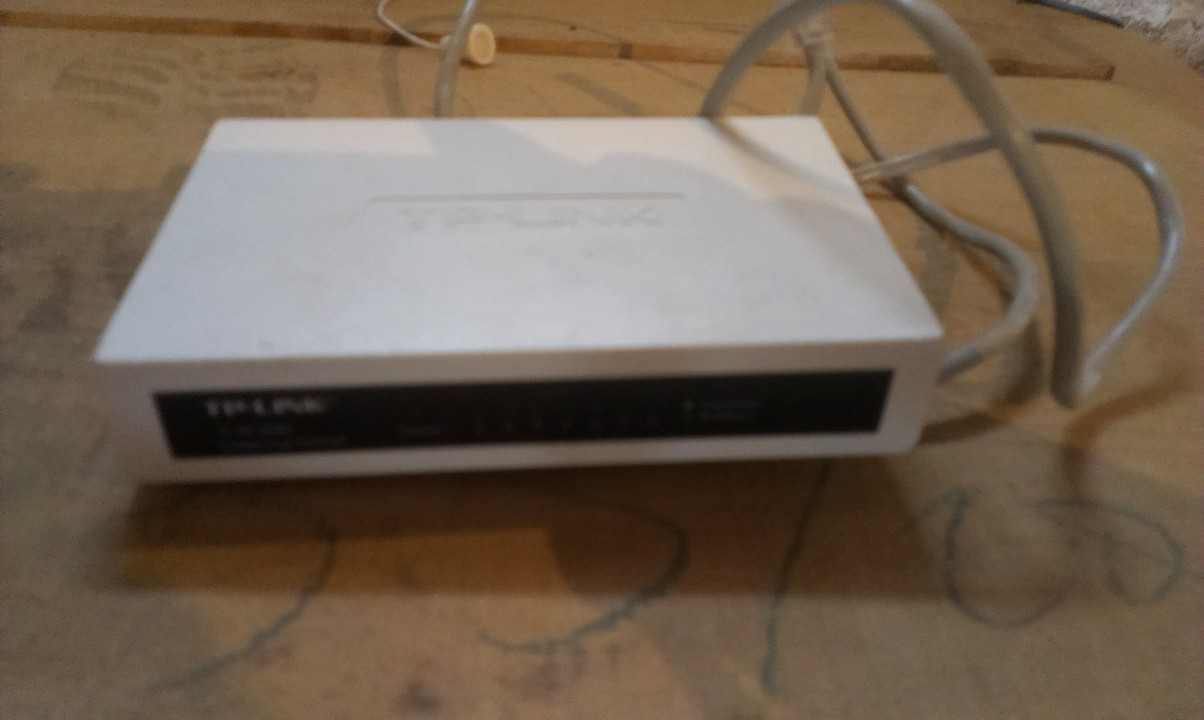 Комутатори в кількості 2 шт.,  модель TL-SF1008D, с/н 11999000630; - модель TL-SF1005D, с/н 09А68805943, 8 портовий, білого кольору, б/к, робочий стан не перевірявся