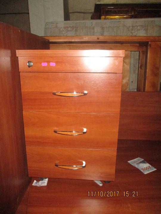 Тумба до офісного столу з трьома висувними шухлядами, коричневого кольору.