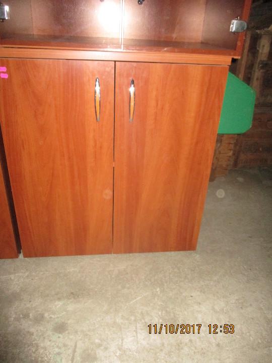 Шафа офісна зі дерев'яними дверцятами,коричневого кольору.