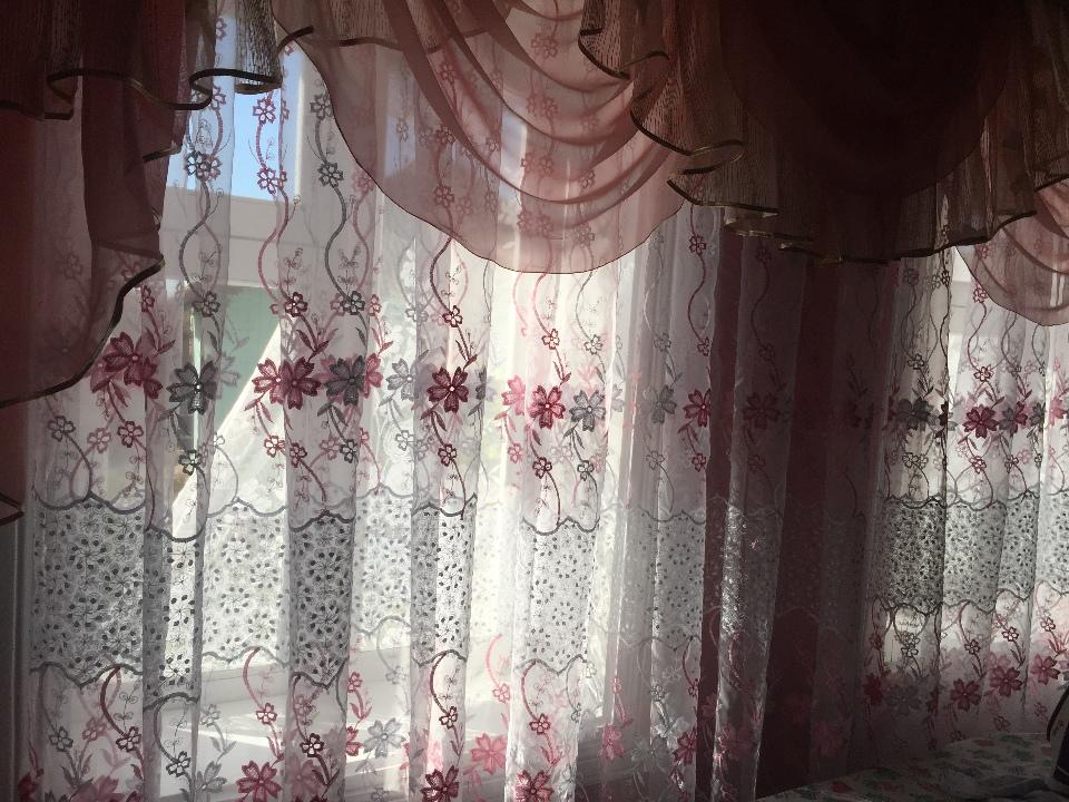 Тюль біла з рожевим орнаментом розміром 2,2 м * 3 м