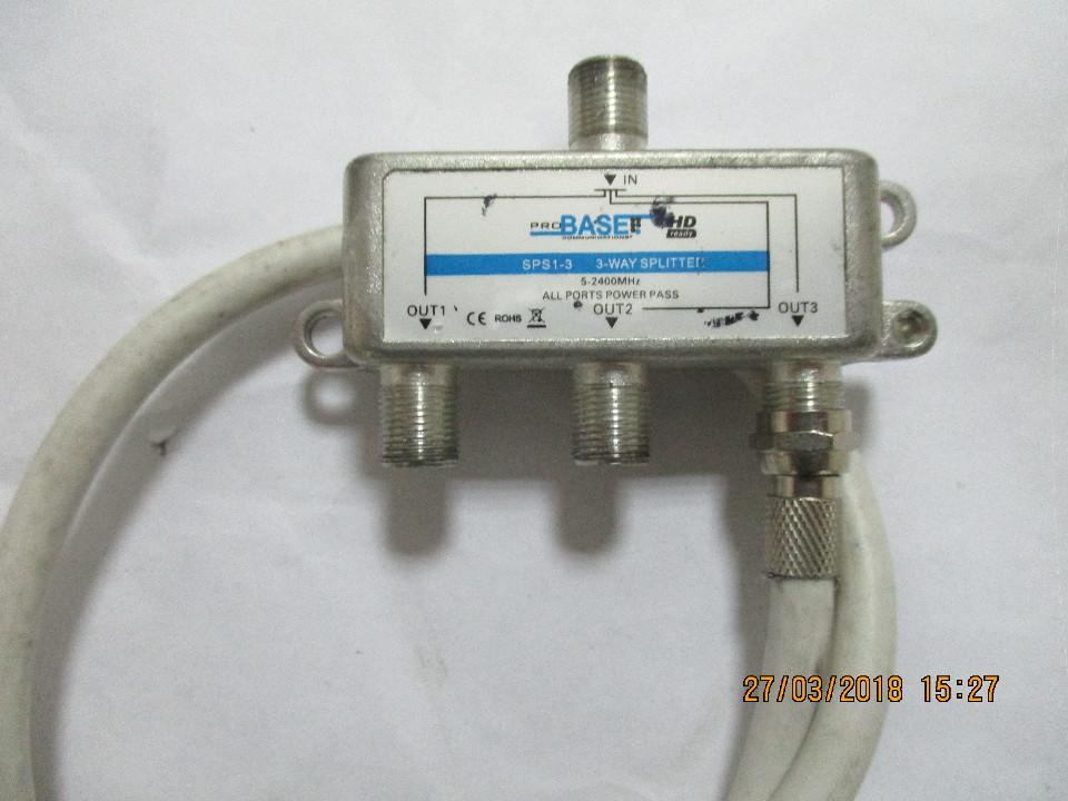 Комутатор супутникового сигналу ProBaset з приєднаним до нього мережевим кабелем