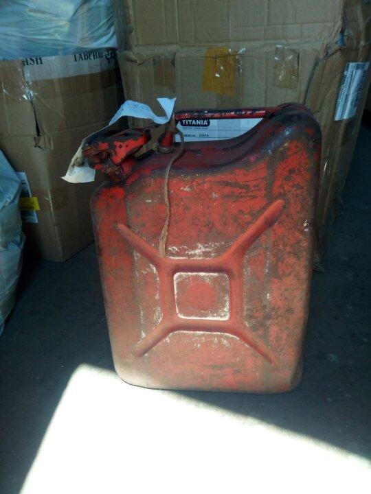 Бензин А-92 (рідина із запахом нафтопродуктів) - 70 літрів, каністра металева об'ємом 10 літрів - 1 шт