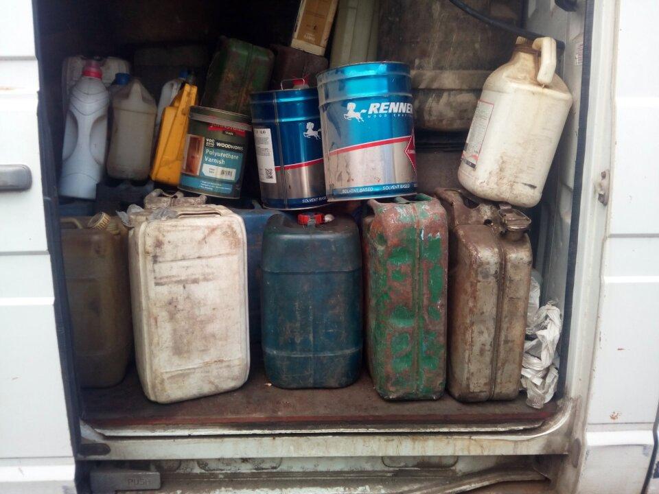 Дизельне пальне (рідина із запахом нафтопродуктів) - 100 літрів, пластикові каністри об'ємом 20 літрів - 5 шт., гумовий човен - 1 шт.