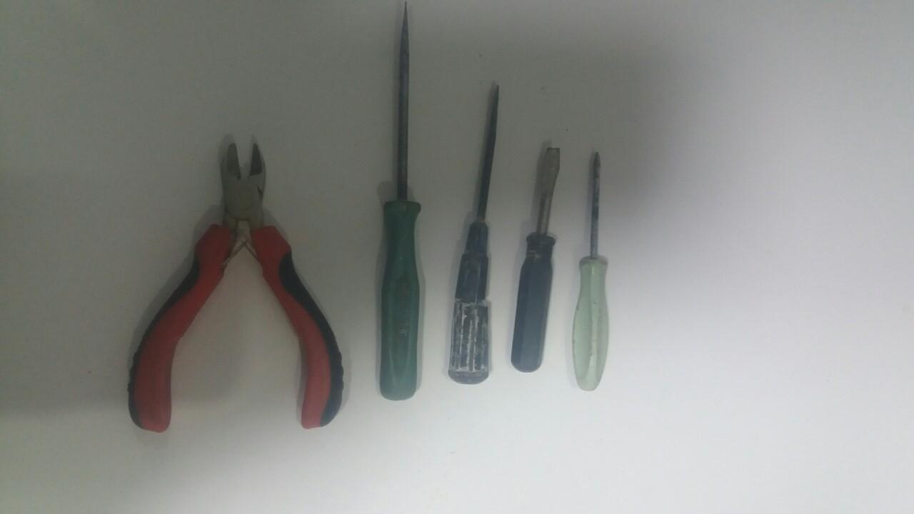 Ножиці з полімерними ручками червоного кольору, призначені для перекушування металу