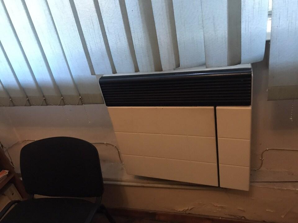 Стіл письмовий - 7шт, сейф металевий, стільці офісні - 7шт, холодильник