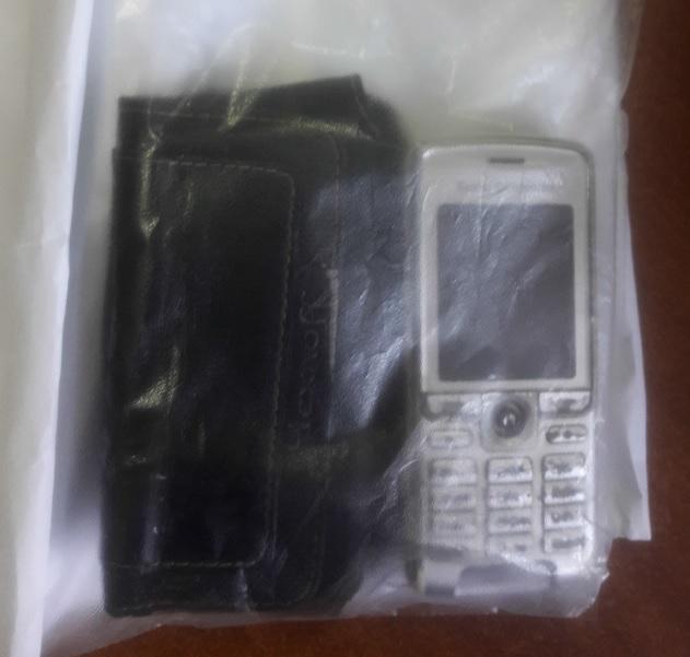 Чохол чорного кольору та мобільний телефон
