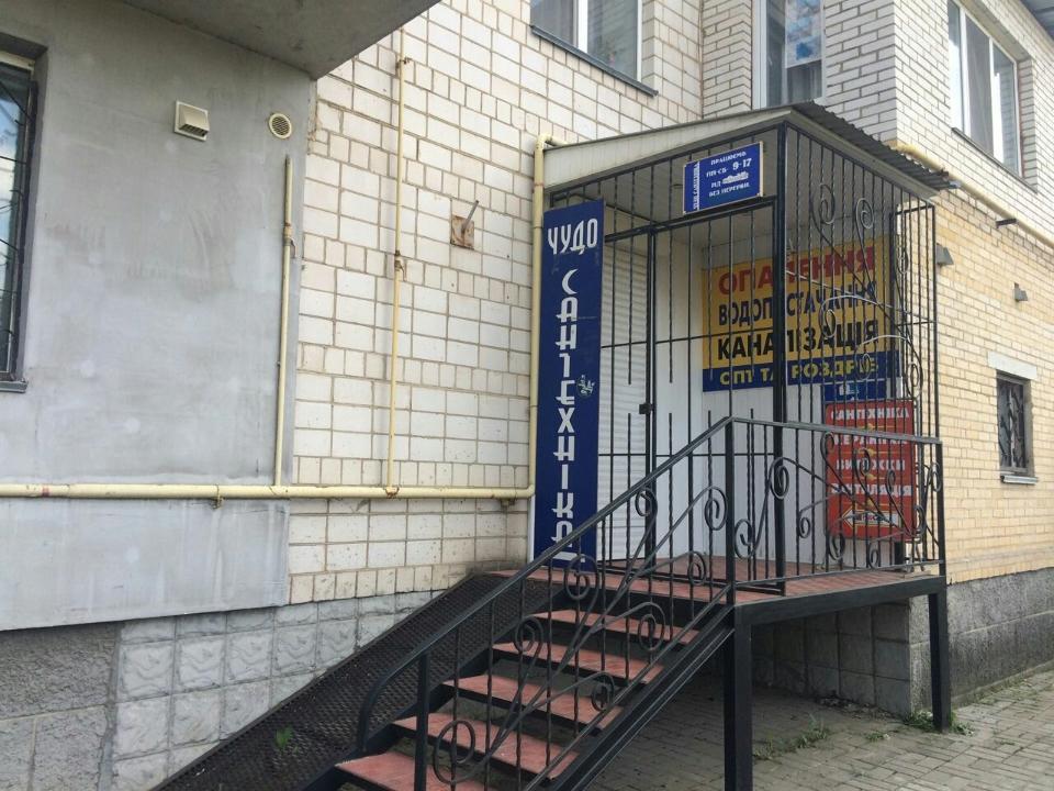 Предмет іпотеки. Магазин промислової групи товарів (вбудовані приміщення в житловому будинку ), загальною площею 107,7 кв.м., за адресою: м. Вінниця, вул. Чехова, 8А