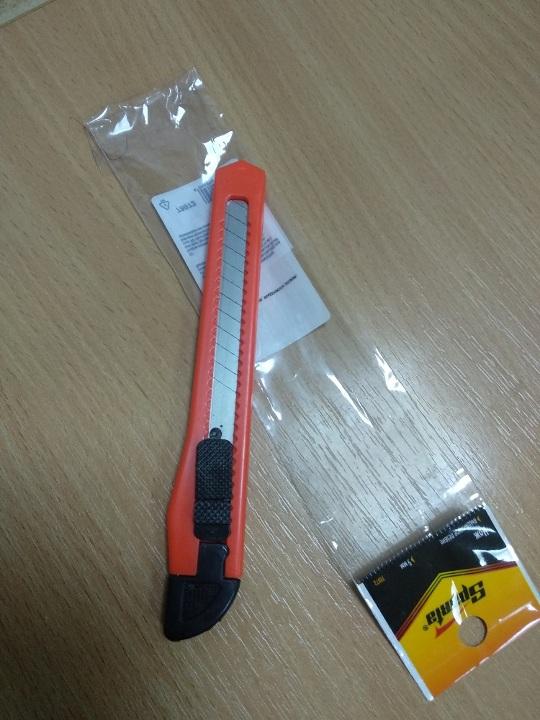Канцелярський ніж, помаранчевого кольору
