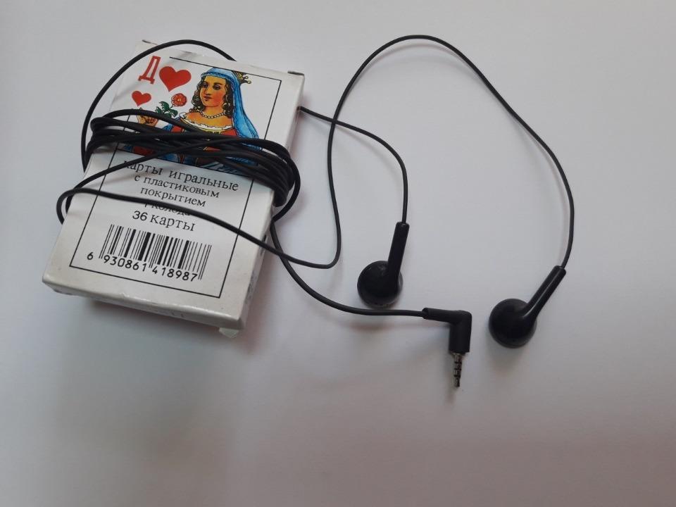 Колода гральних карт та навушники до мобільного телефону