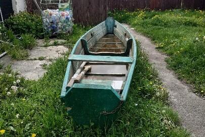 Дерев'яний човен з 2 веслами та 1 кошкою, бувший у користуванні