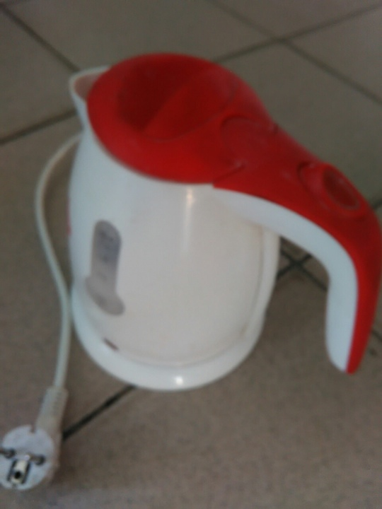 Електричний чайник , білого кольору з червоною кришкою , робочий стан не перевірявся