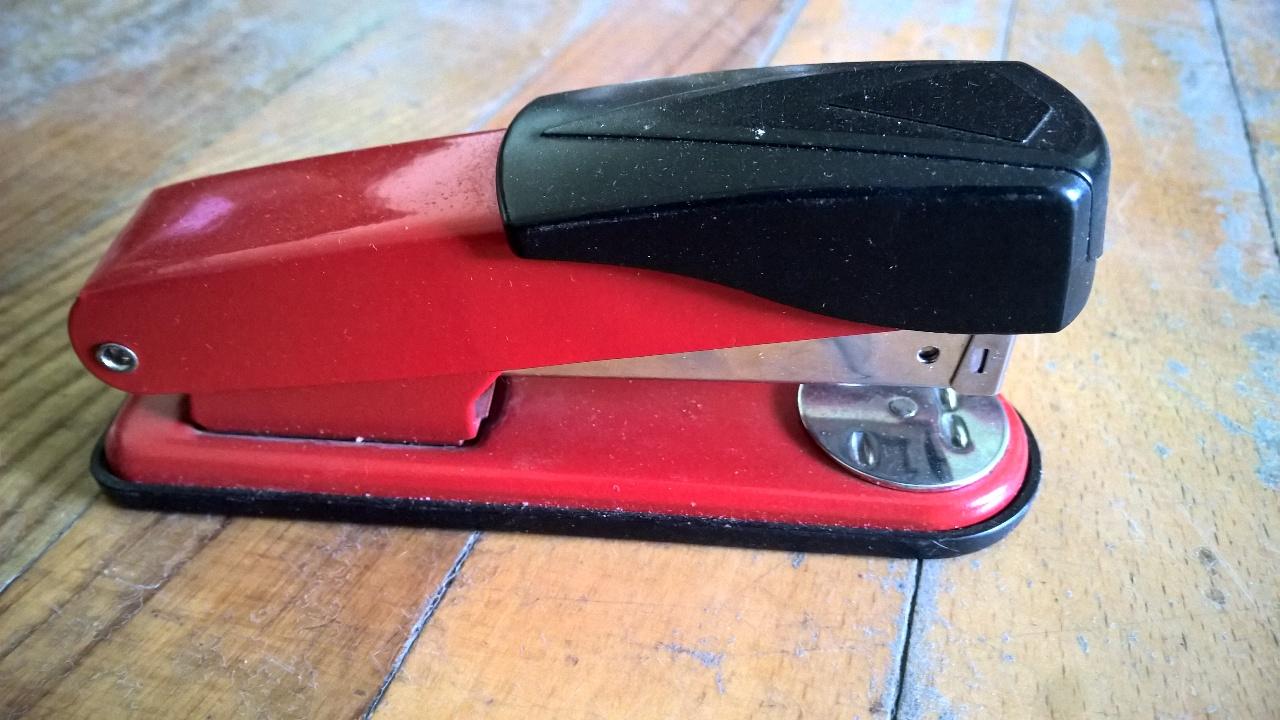 Степлер червоного кольору марки Plita, б/к , робочий стан не перевірявся