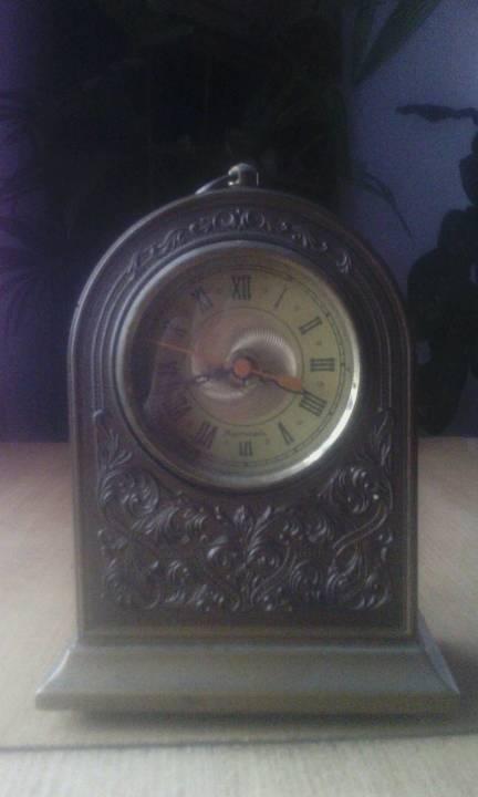 Годинник настільний. Коричневого кольору з циферблатом римськими цифрами