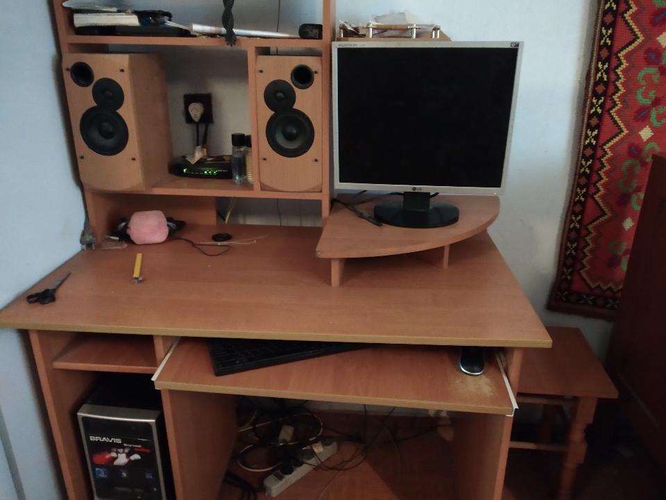 Комп'ютерний стіл, світло-коричневого кольору, матеріал ДСП