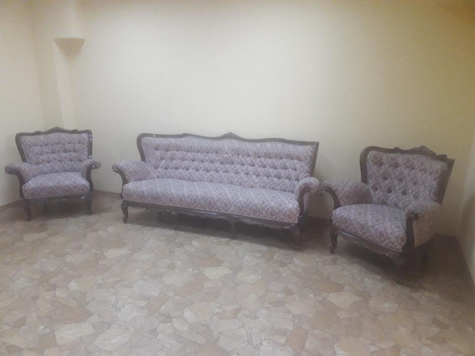 Комплект меблів, що складається з двох крісел та дивану коричневого кольору з візерунком, б/в