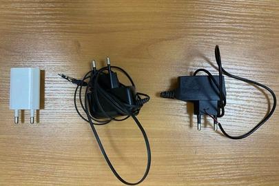 Три зарядні пристрої до мобільних телефонів