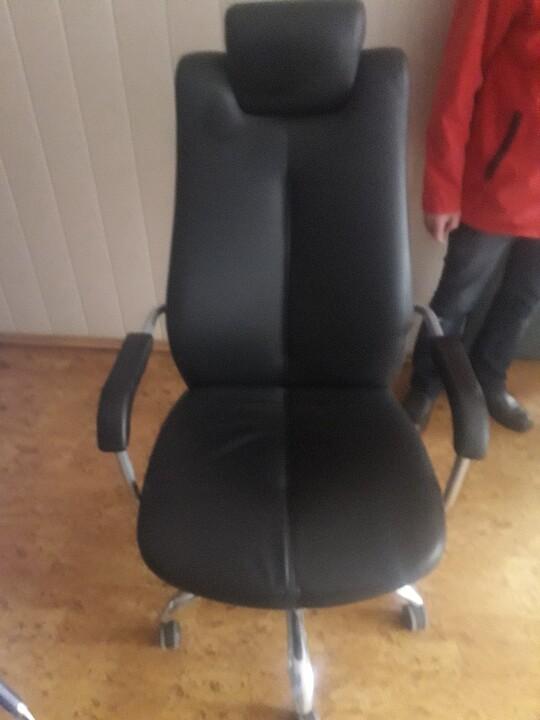 Крісло офісне з підголовником, чорного кольору, 1 шт., б/в