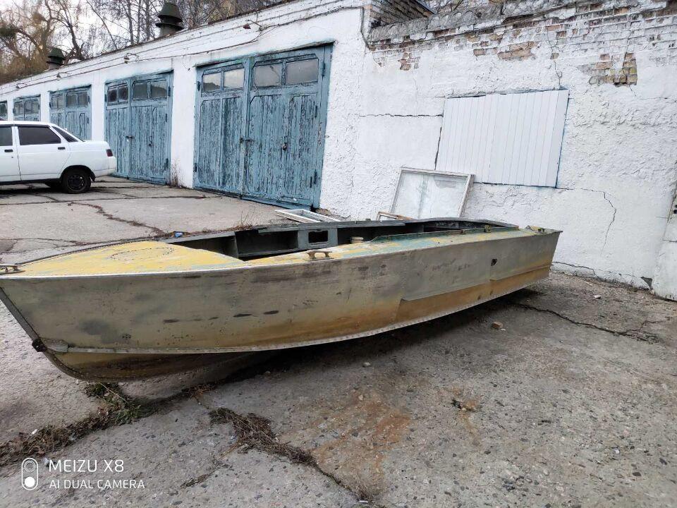 Металевий човен сірого кольору, б/в, в кількості 1 штука