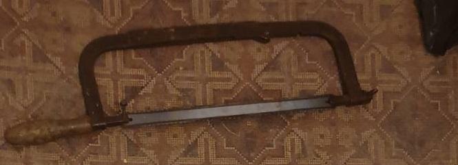Ножівка для металу із деревяною ручкою, сірого кольору та ножовочним полотном