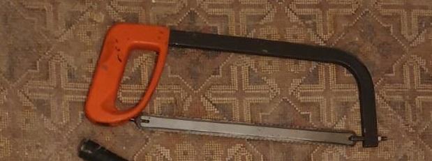 Ножівка для металу із червоною пластмасовою ручкою та полотном