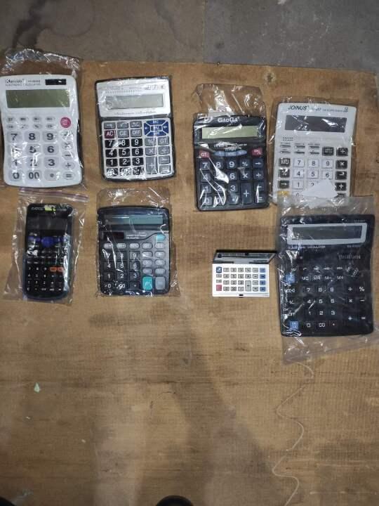 Калькулятори електронні у кількості 8 одиниць