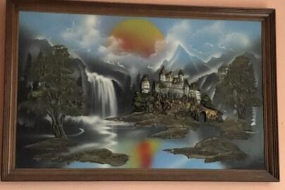 Картина зелено-голубих відтінків оздоблена коричневою рамкою