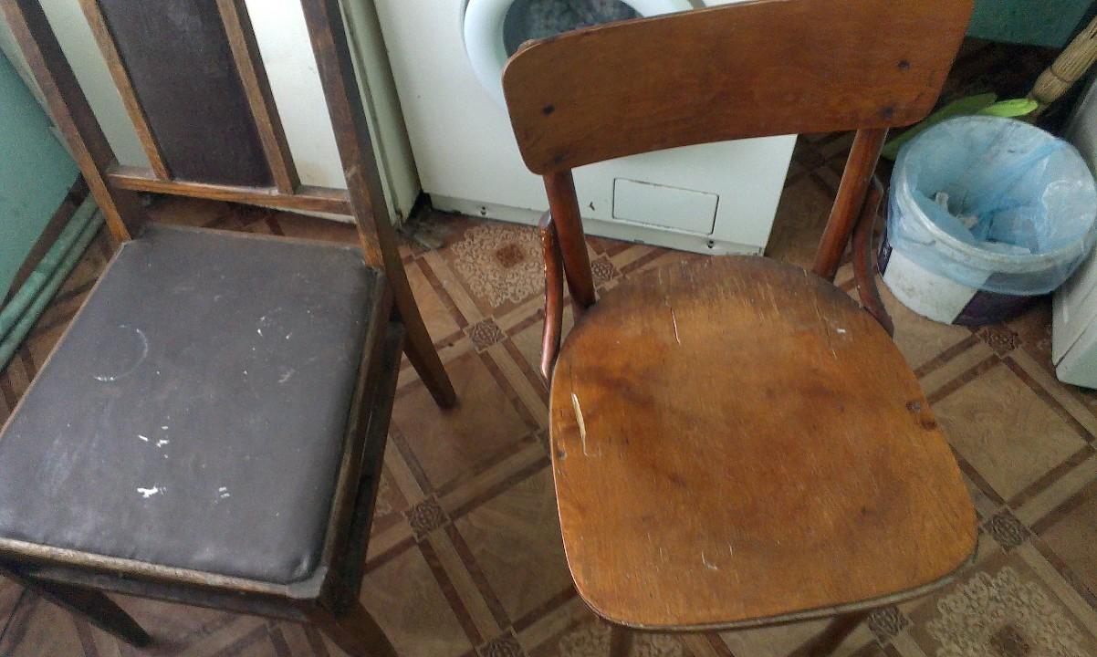 Стільці дерев'яні з ознаками використання в кількості 2 шт.
