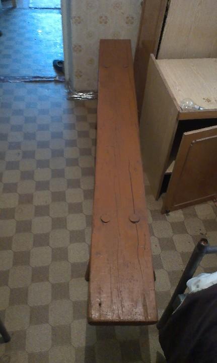 Лавка дерев'яна коричневого кольору розміром 0,20 на 2,2 м., з ознаками використання