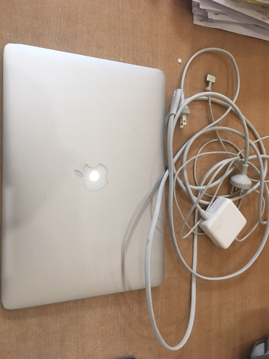 Ноутбук марки Apple MacBook Air, сірого кольору, serial: C17 N41SYG085, з зарядним пристроєм до нього