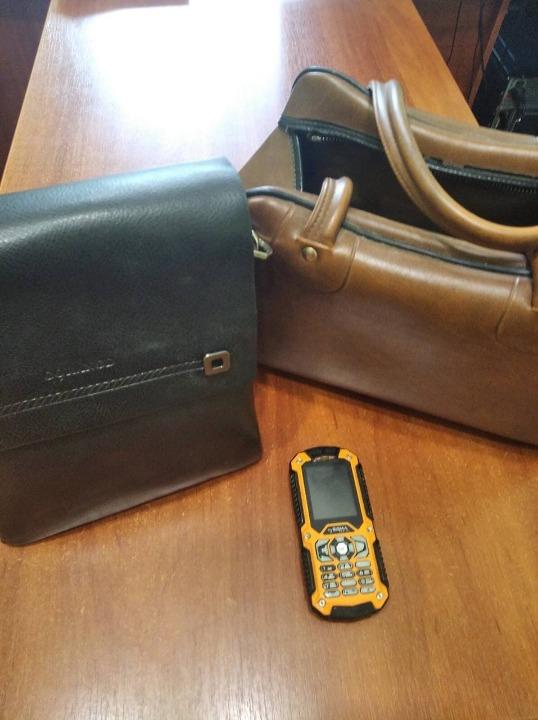 """Мобільний телефон «Sigmo"""" у корпусі чорно-помаранчевого кольору  імей:8611280001322656, жіноча сумка шкіряна коричневого кольору, шкіряна чоловіча сумка чорного кольору з написом «Gorangd»"""
