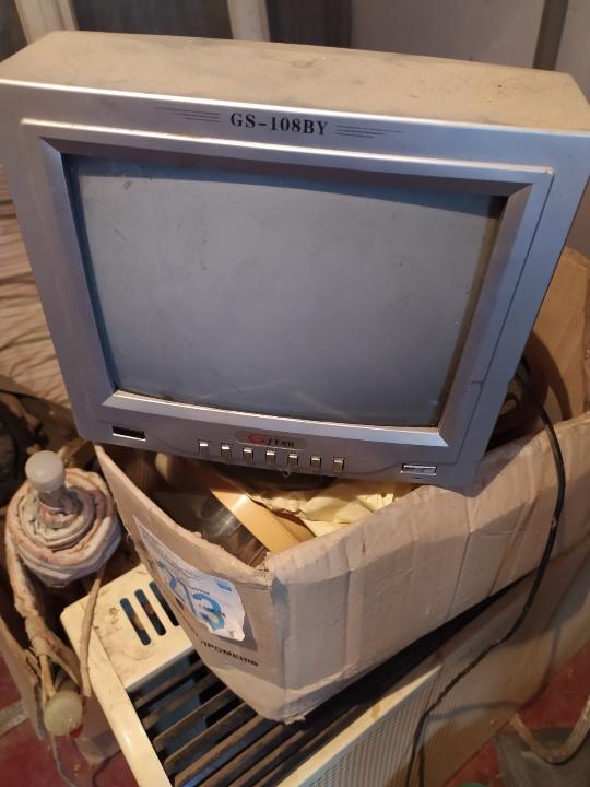 Телевізор STAR GS-108 BY, сірого кольору в робочому стані
