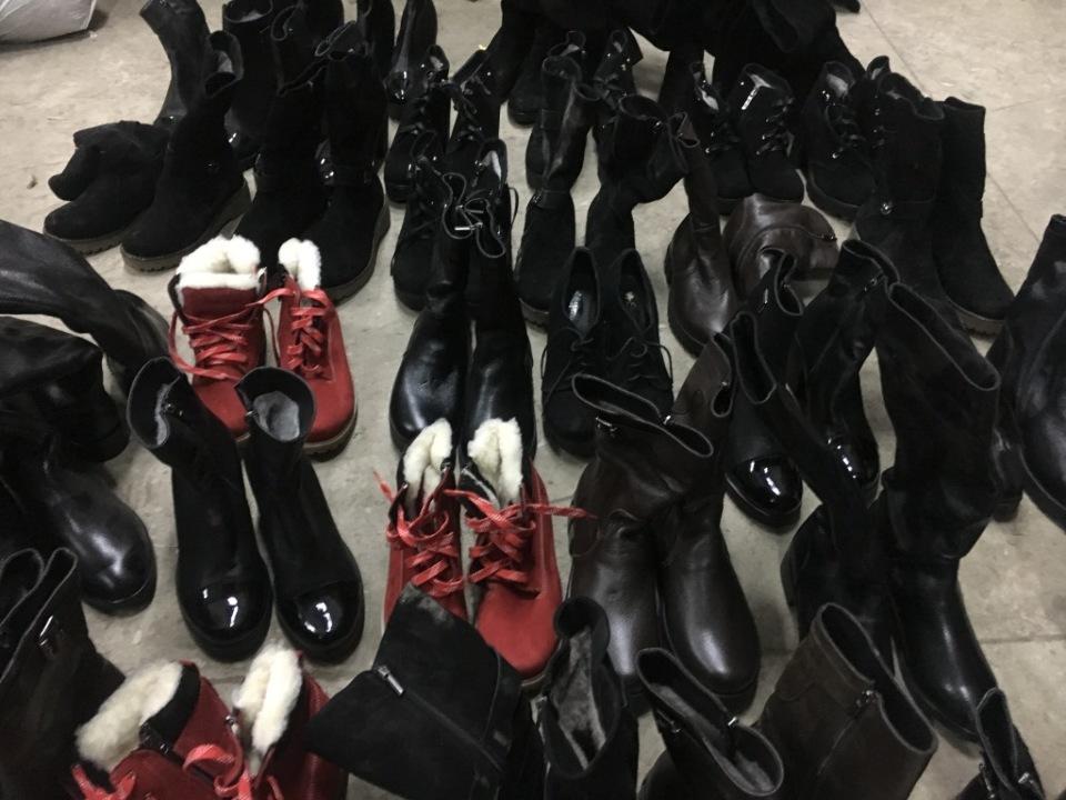 Взуття жіноче різних розмірів та моделей в кількості 43 пари.