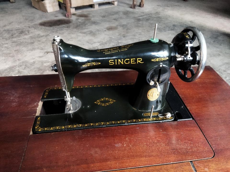 Швейні машинки з ножним та ручним приводом на рамі-підставці (станок) «SINGER» - 2 одиниці