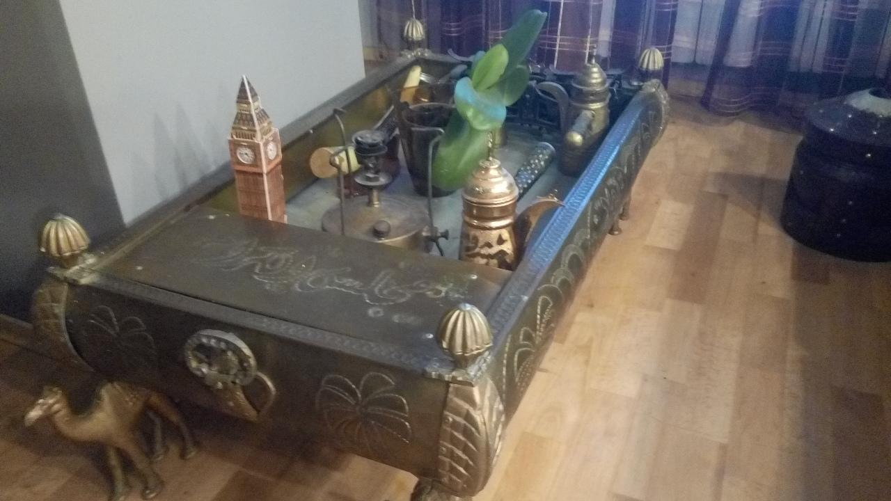 Декоративний стіл ручної роботи з бронзи, на ніжках з тварин у вигляді верблюдів, б/в