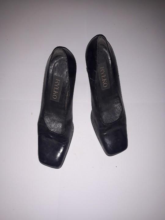 Туфлі жіночі, чорного кольору, на підборах, б/в, одна пара