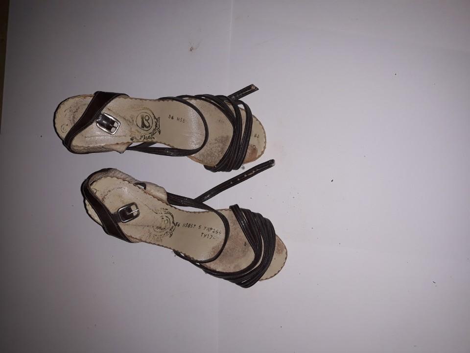 Босоніжки жіночі, коричневого кольору, на підборах, б/в, одна пара