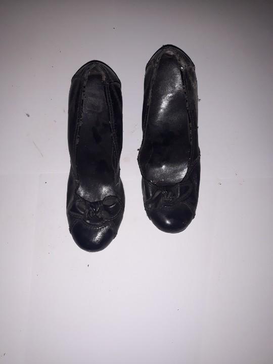 Туфлі жіночі, чорного кольору, з бантом на підборах, б/в, одна пара