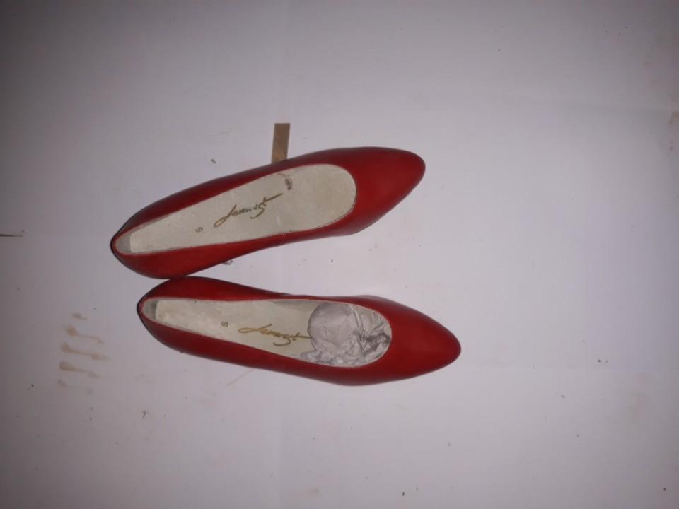 Туфлі жіночі, червоного кольору, на підборах, б/в, одна пара
