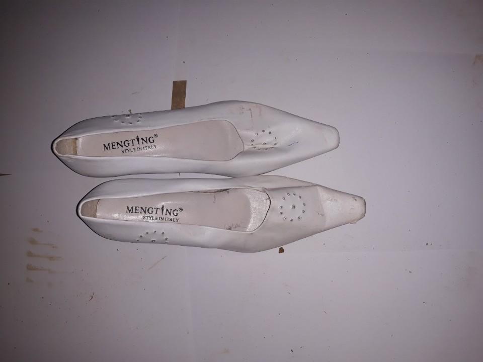 Туфлі жіночі, білого кольору, на підборах, б/в, одна пара