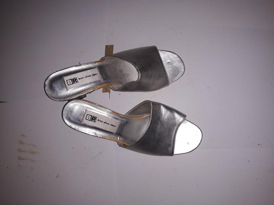 Шльопанці жіночі, срібного кольору, на підборах, б/в, одна пара