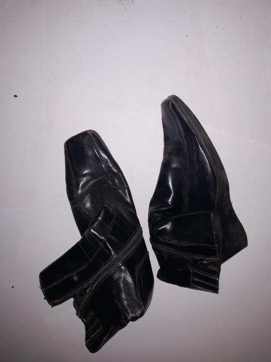 Сапоги жіночі, чорного кольору, на танкетці, б/в, одна пара