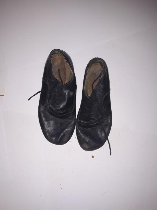 Туфлі дитячі, чорного кольору, б/в, одна пара
