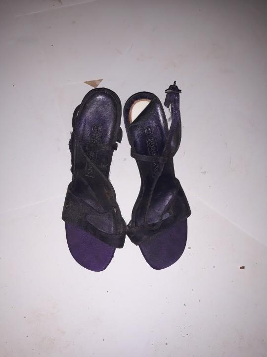 Босоніжки жіночі, темно-фіолетового кольору, на підборах, б/в, одна пара